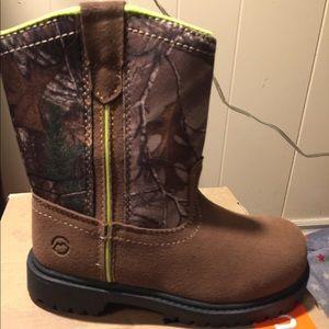 New boys Magellan camo boots